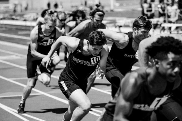 Black and white photo of runners in a race